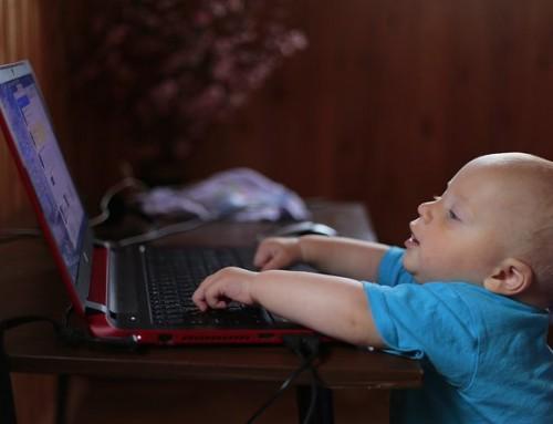 Spiller på kjempe-iPad i barnehagen