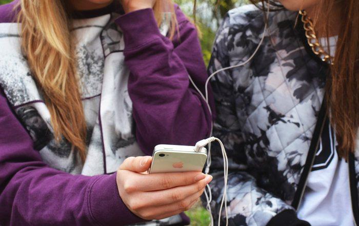 Digitaliseringsministerens egne barn har skjermforbud på hverdagene